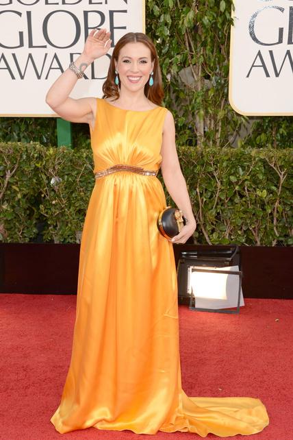 Alyssa Milano: Amarillo vale, ¿pero con brillos, con ese cinturón y combinado con pendientes turquesa? NO, gracias.
