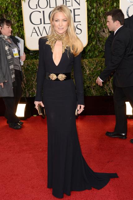Kate Hudson imponente con un Alexander McQueen con escotazo. Bien.