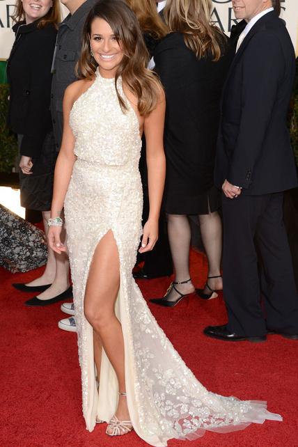 Lea Michele, otra que luce pierna sin mesura. Se salva porque es Elie Saab y por el cuello halter...