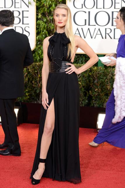 """Rosie Huntington-Whiteley con complejo frustrado de Angelina y cara de cantar """"las rubias no son tontas"""". Palo esquelético, no molas."""