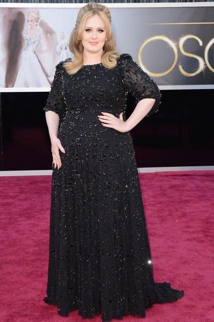 Pese a que el vestido de Jenny Packham pesaba 15 kgs (más), Adele no estaba mal de todo. Supongo que bajar el dichoso tupé ya es un pro.