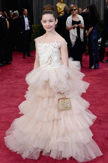 Pobre niña. Su madre la dejó vestirse de princesa Disney y lo lamentará toda su vida cuando vea las fotos y piense: yo pude ir a los Oscar y me dejaron ir disfrazada.