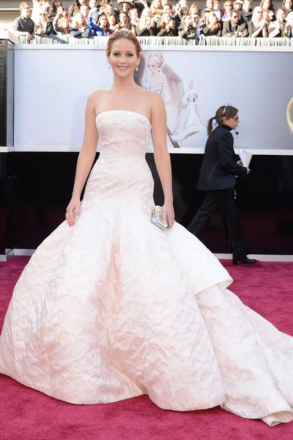 Jennifer Lawrence lució uno de los trajes megatípicos de Oscar que nunca fallan pero tampoco sorprenden y que a mi Nurinur le encantan.