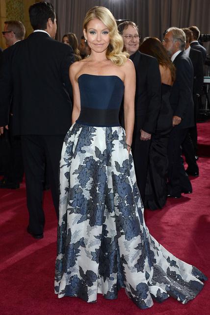 Con este vestido de Kelly Ripa tengo un extraño sentimiento de: me gusta mucho la parte superior pero no entiendo el estampado de flores raruno de la falda. Una lástima, podría haber dado mucho de sí.