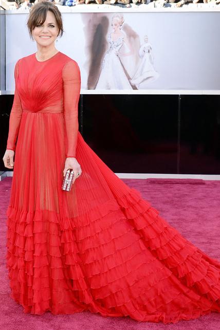 Con Sally Field tengo dudas. Adoro la parte superior del vestido y me parece acertado para ella pero no me gustan nada los volantitos de abajo.