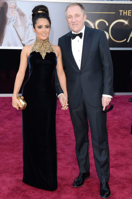Salma Hayek sin escote no parece Salma. Y el Alexander McQueen es un vestidazo pero no le queda nada bien.