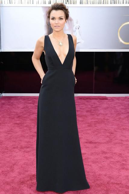 Esta chica (Samantha Barks) iba bastante mona pese a no tener tetas que llenaran el vestido. Me gusta su pelo desenfadado.
