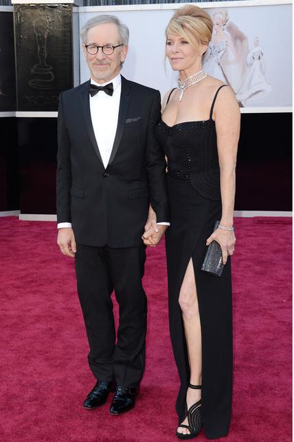 La mujer de Spielberg (muaaajajajaj que no ganaste NADA) parecía sacada de uno de sus flashbacks con ese extraño vestido, el collar y las plataformas.