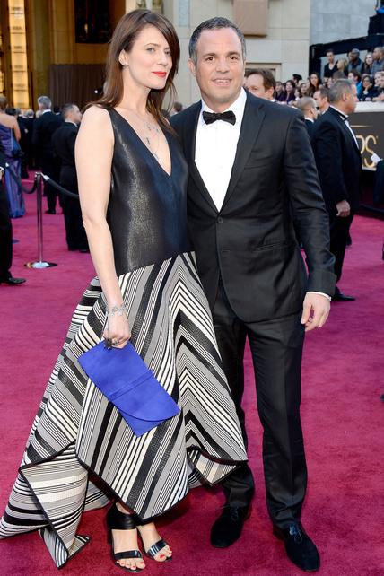 ¿Esto qué es? Un vestido sin forma dejado caer encima de la extraña acompañante de Mark Ruffalo.