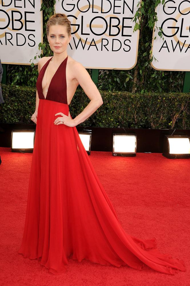 Amy Adams con escotazo  y de rojo Valentino. Guapita, te faltan tetas pero de lo que se vio esa noche eras de lo mejorcito.