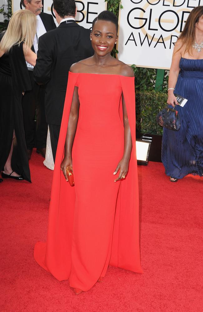 A Lupita Nyong'o le habría dado un sobresaliente con los ojos cerrados sino fuera porque lo veo IGUAL que el de Gwyneth Paltrow en los Oscar del año pasado, solo que tintado de rojo.