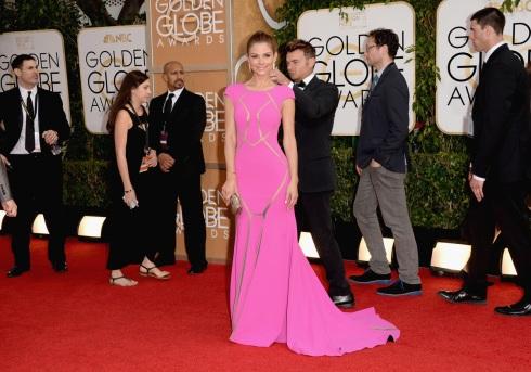 Este vestido rosa de la tal Maria Menounos me parece espectacular. ¡Bien por ella!