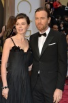 Uno de los grandes misterios de Hollywood: ¿Por qué Ewan McGregor lleva tanto tiempo con una mujer capaz de acudir a los Oscar con un vestido tipo bolsa de basura?