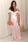 Kelly Bensimon con la típica cortina de raso de un puticlub de los 90.
