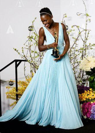 Mejor vestidas 2014 - Lupita Nyongo - azul nairobi
