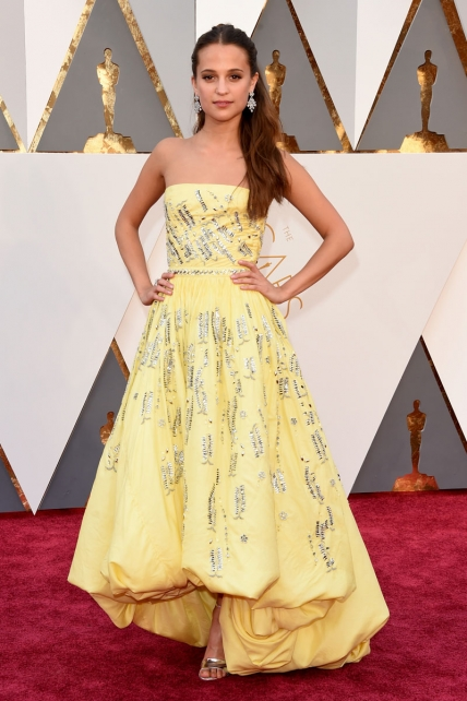 AliciaVikander_LouisVuitton_Oscars2016